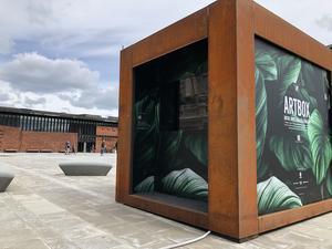 The Art Box är på plats på det nyrenoverade Kulturhustorget och kommer att stå där till den 31 augusti. Varje vecka byts konstverken ut på de digitala skärmarna. Vid fotograferingstillfället var skärmarna inte ännu igång.