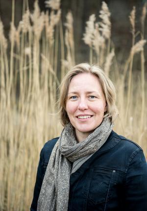 Agneta Ekebom är intendent vid palynologiska laboratoriet vid Naturhistoriska riksmuséet  - som samordnar resultaten för alla pollen-mätstationer i Mellansverige. Foto: Annica Roos, Naturhistoriska riksmuseet