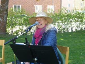Lotta Carlsson höll i musik och allsång.