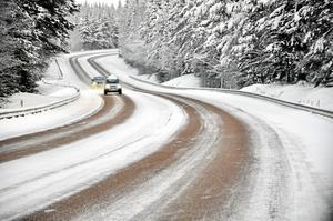 Vid vissa temperaturer och viss typ av nederbörd är saltet mycket mer effektivt som halkbekämpning än sand enligt Trafikverket. Foto: Ingvar Eriksson