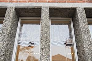 Två fönsterrutor krossades av tunga gatstenar.