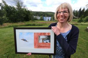 Naturen är nära och viktig för Eva Jansdotter i Tubbahalla vid sjön Multen. Den här utsikten har hon från sin ateljé. Motivet i akvarellmålningen är ladusvala med ungar i boet.