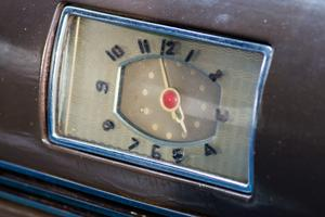 Klockan i instrumentbrädan har stannat på några minuter i fem.