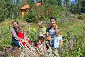 Viktor, Vilde, Jumjum, Love, Elin och Momo Säfve mitt i skogsträdgården som numera ersatt den täta granskogen vid torpet Åfallet.