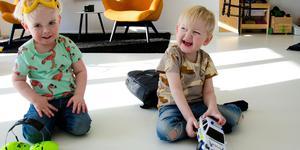 Ebbe, till höger på bilden, och hans bror Walle älskar att leka med varandra.