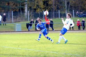 Svärdsjös André Eriksson Änst testar skottlyckan i den första halvleken av kvalmatchen mot Iggesund 2014. Svärdsjö vann matchen, men föll till slut ändå i kvalet till division 3.