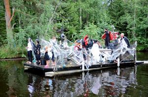 Karnevalsmyckad. Även denna flotta flotte deltog i båtkarnevalen i Löa i går.