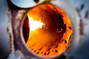Gruset till asfalten värms upp till 200 grader i en slags torktumlare.