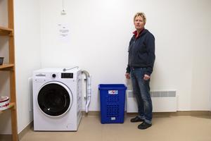 Susanne Åhlén visar upp tvättstugan där besökarna har möjlighet att tvätta sina kläder. Det finns även duschmöjligheter.