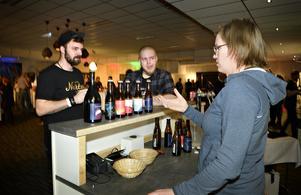 Kristin Lindström som är delägare av Härnösandsbaserade bryggeriet Lockeby. Hon passade på att ge besökarna Jimmy Moberg och Krille Jakobsson från Sollefteå varsin provskvätt med
