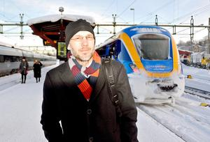 – Att välja bussen eller tåget i stället för bilen är ett enkelt val, säger regiondirektör Hans Wiklund som gärna åker kollektivt.