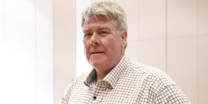 Lars Olof Mattsson (M) menar att det är en knepig juridisk process att få bort skrotbilarna.