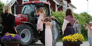 En studentska anländer balen i Rättvik 2018.