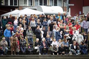 Mycket publik följde tävlingarna från åkanterna. Foto: Lennye Osbeck