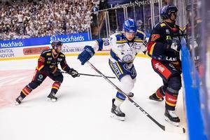 Leksands lagkapten Martin Karlsson försöker gräva fram pucken från en spelare i Djurgården. Foto: Daniel Eriksson/Bildbyrån.