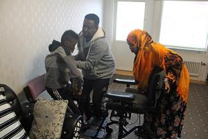 Föräldrarna hjälper Mohammed att flytta sig ett par meter från rullstolen till en vanlig stol. Efter den korta förflyttningen har Mohammeds krafter tagit slut.