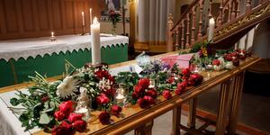 Tända ljus och blommor under minnesceremonin i Umeå stads kyrka för de nio personer från Umeå fallskärmsklubb som omkom.