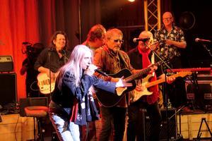 Hylander, Rickfors och Ronander utgör en bas i detta Woodstockgäng. Det är de som inleder och även har gitarrer på sig konstant. Upplägget är smart då de andra kommer in som friska fläktar.