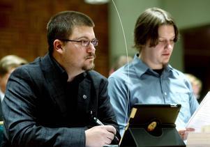 Sverigedemokraterna Marcus Molinder och Jonathan Lundin under ett möte i kommunfullmäktige. Bild: Mårten Englin.