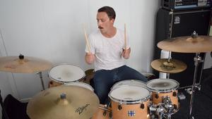 Erik Bäckwall, Besvärjelsens dynamiske trummis, som tidigare spelade i det internationellt hyllade stonerrockbandet Dozer från Borlänge. FOTO: Erik Augustin Palm