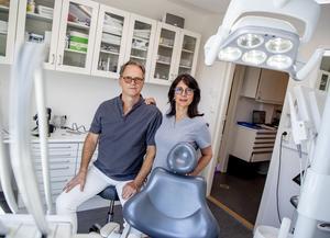 Tandläkarparet Fahimeh Farahmand-Panah och Henrik Arvidsson lägger till en paragraf i köpeavtalet av den nya kliniken som gör att de kan ställa in eller skjuta upp affären om det skulle komma fler oförutsedda händelser som påverkar verksamheten stort.