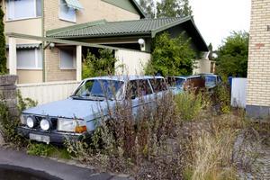 Misskött. Tomten är igenvuxen och används som ett upplag för gamla bilar. Trots att flera år har gått har kommunen inte lyckats få kontakt med ägaren. Huset i bakgrunden har ingenting med artikeln att göra.foto: per g norén