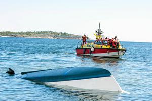 Vid båtolyckan i somras utanför Hörnskatan i Örnsköldsviks yttre skärgård hamnade åtta personer i vattnet. 16-åriga Wilma Karlsson från Mellansel sögs in under båten när den kapsejsade och fångades i ett utrymme i den upp-och-nervända båten. Bild: Adam Göransson