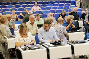 Centerpartiets Gun-Marie Swessar och Hans Jonsson  diskuterar innan ett av årets tidigare fullmäktigemöten i Edsbyn.
