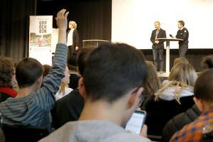 Rodeneleverna fick sträcka upp handen som svar på frågor om vad de vet om hur man hanterar en krissituation. Av 300 elever var det inte många som sträckte upp sin hand.