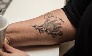 Handavtrycket och en videkvist. Maria Lärkas tatuering till minne av Glennie.