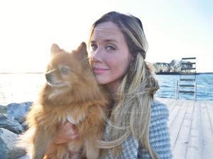 Cassandra tillsammans med sin hund Bella.Bild: Privat