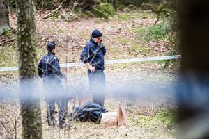 Brottsplatsen undersöks av polisen på fredagen.