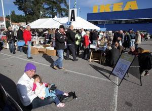 PAUS. Daniel Didricksson och dottern Anna-Lisa Mickelsson, 4, åkte från Bollnäs för att sälja grejer på Ikeas parkering.