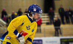 Filippa Angeldahl i landslagströjan i bandy.