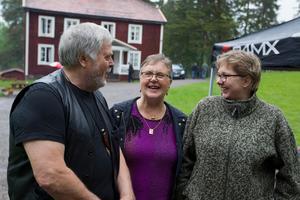 Åke Persson och Kerstin Grejs tillsammans med Åsa Westerdahl, ordförande i Loos hembygdsförening.
