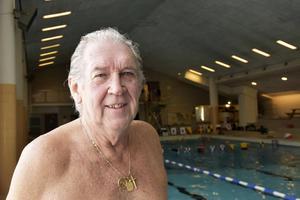 Bengt Adam trivs i vattnet och missar ogärna en lördag morgon i bassängen.
