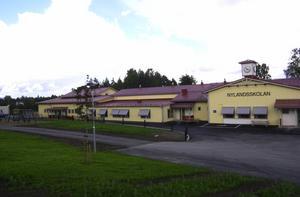 Skolan i Nyland är ny, den har man satsat på, varför förstöra något som fungerar? undrar insändarskribenten. Foto: Patrik Klingberg/Arkiv