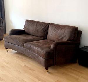 FÖRE: En brun soffa.