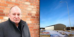 Roger Kjettselberg är vd för kommunala Tierps kommunfastigheter AB som är den halvfärdiga crosshallen i Tierp. varje dag hallen står tom kostar den skattebetalarna 25 000 kronor i månaden.