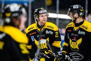Lukas Zetterberg (mitten) har lämnat VIK för Brynäs. Marcus Bergman (till höger) sägs vara klar för HV71. Foto: Maxim Thoré / BILDBYRÅN