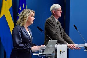Socialminister Lena Hallengren och Johan Carlson, generaldirektör på Folkhälsomyndigheten under entidigare pressträff om vaccin. Foto: Jonas Ekströmer