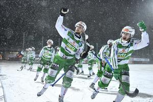 Simon Jansson firade med VSK-klacken efter den tunga segern på Zinkensdamm. Bild: Naina Helén Jåma/TT