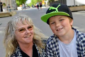 Cecilia Hallin, 66 år, pensionär, Ljustorp med barnbarnet Theo, 6 år:
