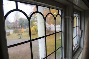 Henric och Jessica är extra förtjusta i det blyinfattade fönstret i trappan i det vita huset.