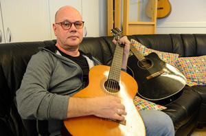 RSMH söker fler akustiska gitarrer till sin gitarrkurs. Hittills har de fått in två stycken från privatpersoner som inte behövt dem.