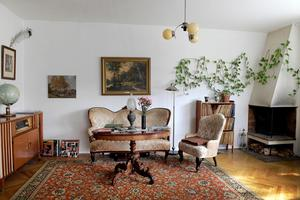 Soffbordet är förmodligen 1910-tal, en stilmöbel. Bordsskivan har en stor och noggrann lagning i mitten av skivan, ett bevis på att man inte kasserade möbler på samma sätt förr i tiden.Foto: Janerik Henriksson / TT