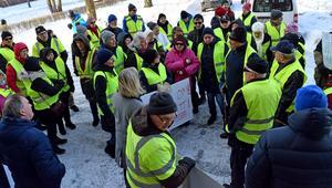 Ett 60-tal demonstranter vid Stadshuset. Något mer hoppfulla efter manifestationen.