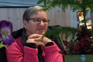 Birgit Oscarsson bor i Hammerdal, men brukar åka och handla i Sikås ett par gånger i månaden och samtidigt passa på att ta en kopp kaffe i kaféet. Den här dagen var hon och maken tidigt på plats för att höra bandet Farbror Börjez.
