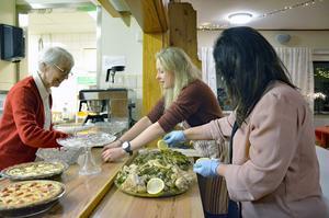 Vivi-Ann Johanson, Liv Stenlund och Besna Keyrouz förbereder och lägger upp mat.