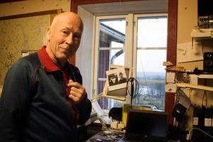 Bilder av Dan Anderssons far, Adolf, sitter vid fönstret uppe i arbetsrummet.
